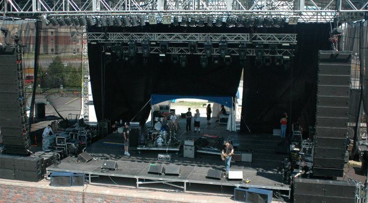 Hệ thống Loa Line Array được sử dụng trong âm thanh sân khấu biểu diễn